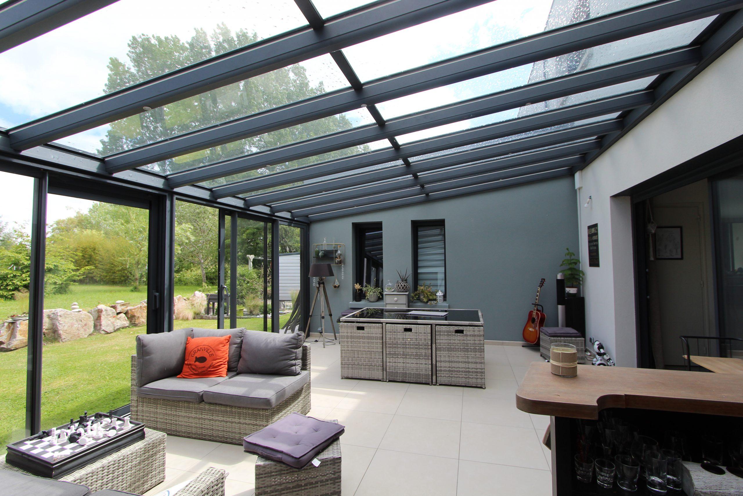 Véranda avec toit en verre et structure aluminium - Binôme